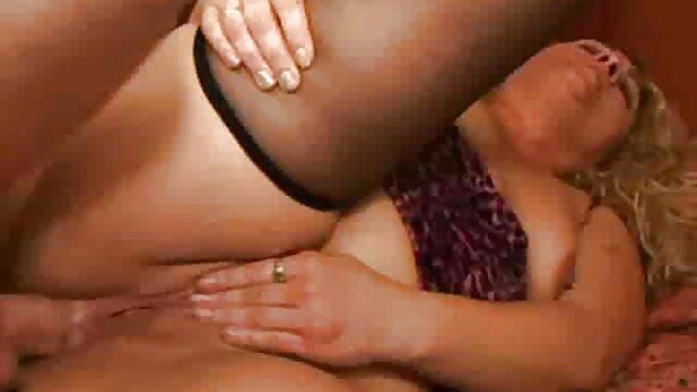 Chica se masturba y eyacula anal latino casero en la webcam